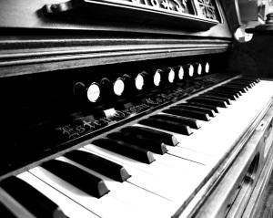black-white-piano-organ